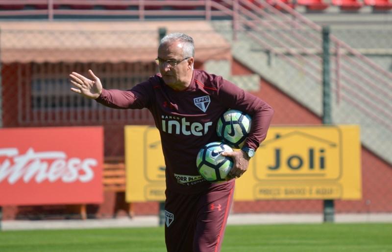 São Paulo: De olho no Vitória, Dorival Júnior mantém formação da equipe