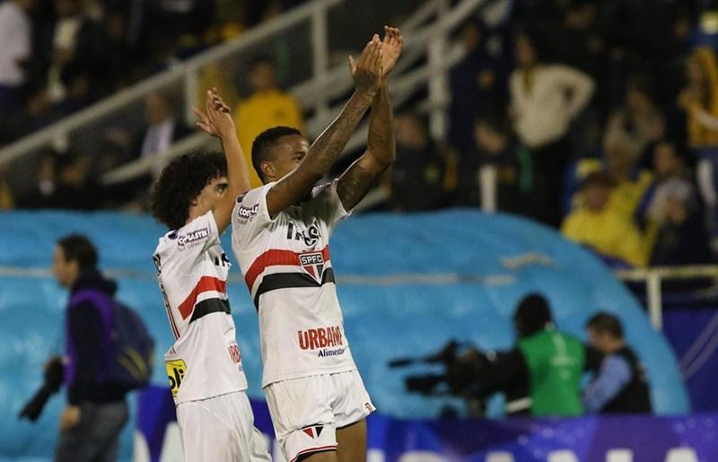 Com gol de aniversariante, São Paulo vence na estreia