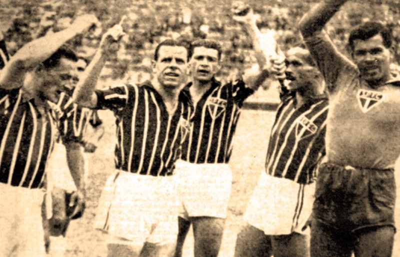 Por A Gazeta Esportiva - Comemoração são-paulina após a maior goleada da  história do clássico  9 a 1 ffb25a2fa950b