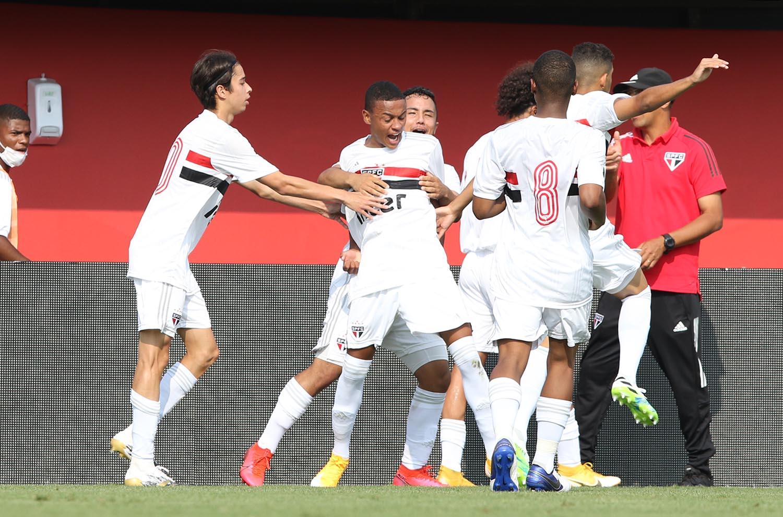 Sub-17 vence o San-São e segue 100% no Brasileiro