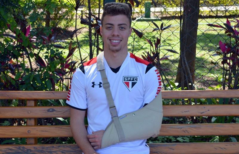 São Paulo: Após cirurgia no ombro, Lucas Fernandes começa recuperação no Reffis