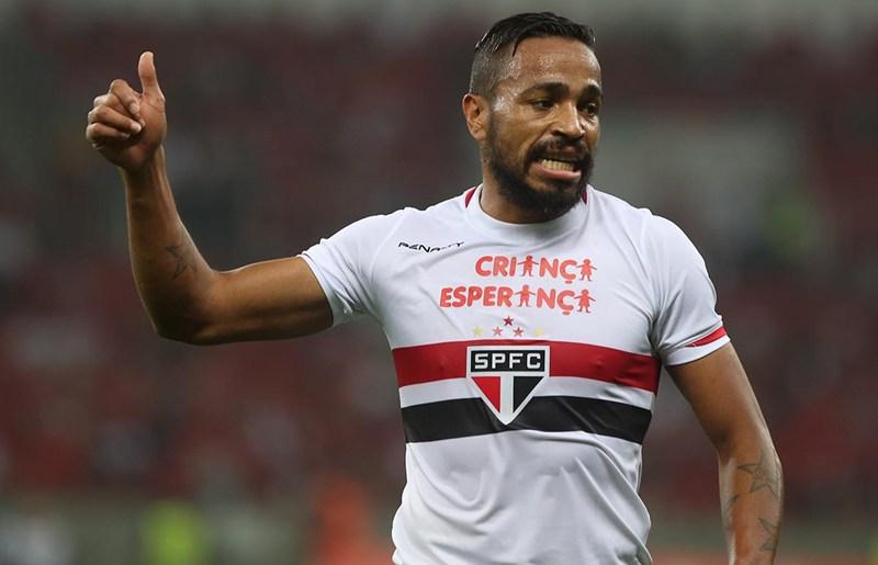 Aidar diz que negociará a permanência definitiva de Álvaro Pereira
